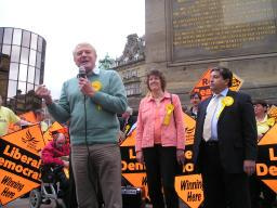 Paddy Ashdown giving a speech at Monument, Newcastle upon Tyne, Saturday 1st May 2010